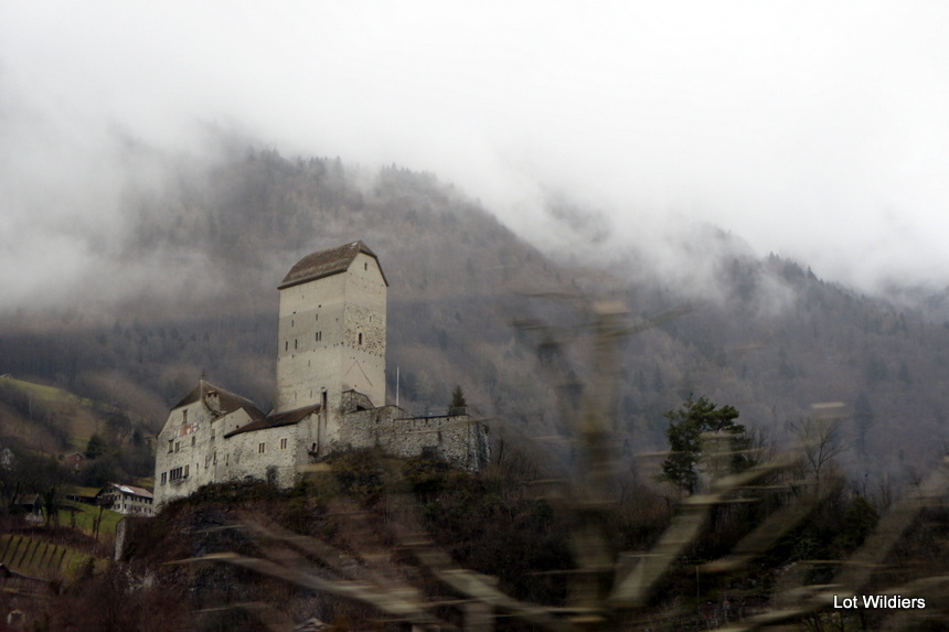 Rijdend per trein in het Zwitserse landschap zie dingen als dit.