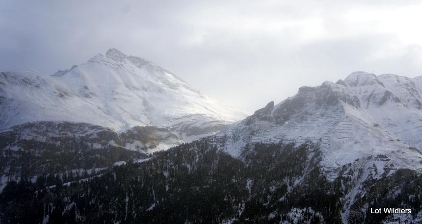 berg en mist en sneeuw en zon.