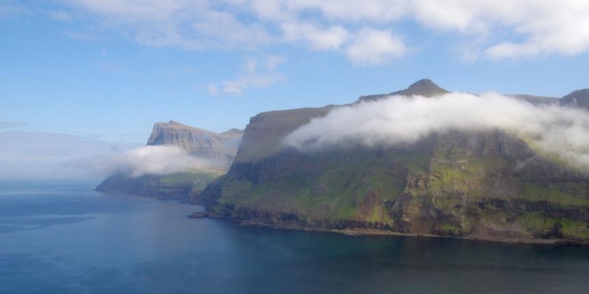Laag hangende wolken en een groene deken van mos.