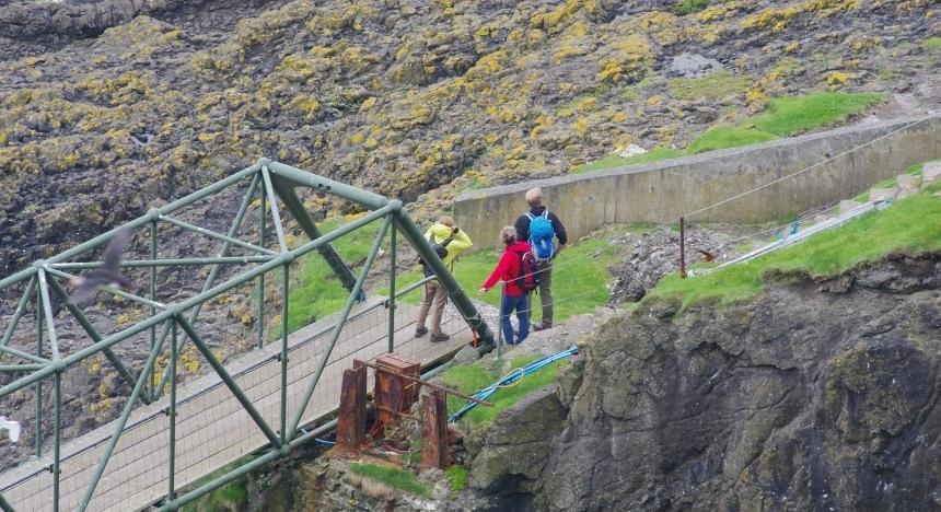 Via een brug naar de uiterste punt van Mykines.