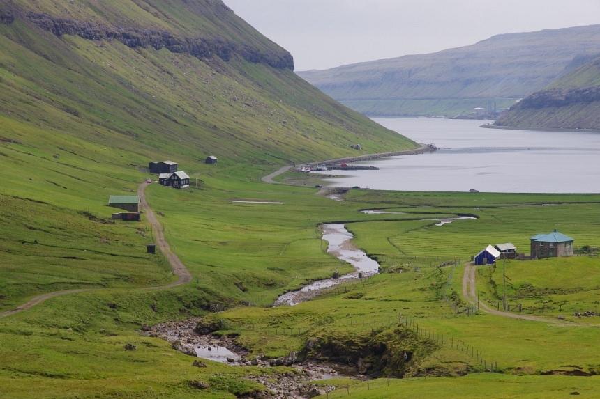 Afgelegen boerderijen aan een baai op Streymoy.