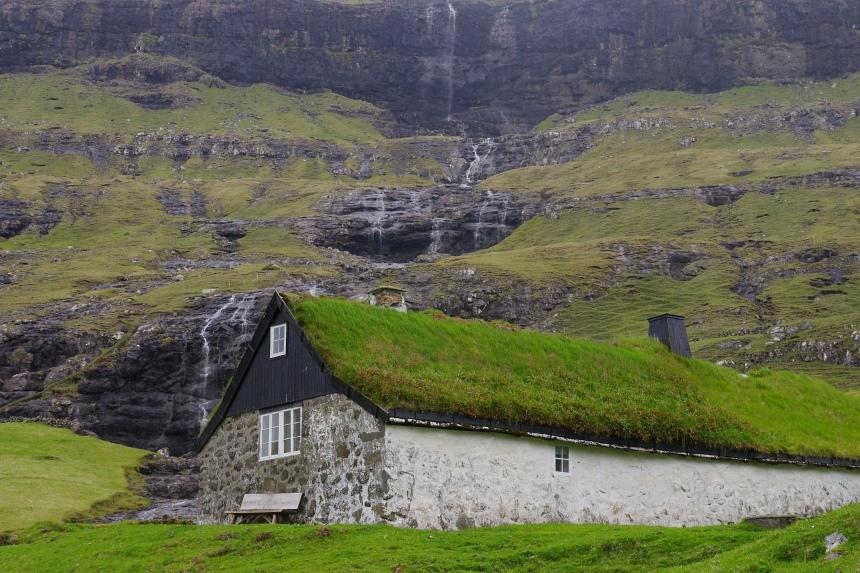 Een zwaar grasdak beschermt ook bij windsnelheden van 250 km/u.