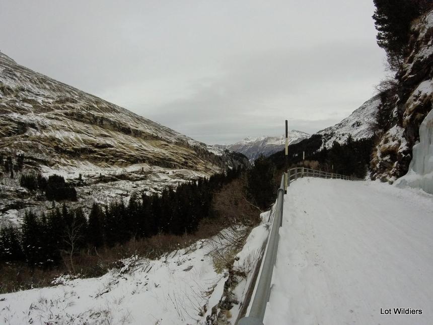 Van op het dam kijk je uit over de vallei.