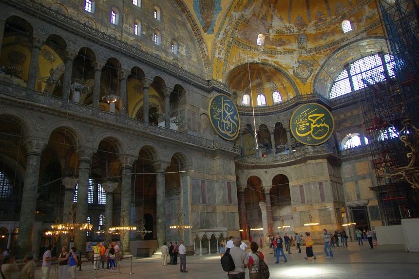 Terug in de tijd: kerk en moskee zijn in de Aya Sofia allebei zichtbaar.