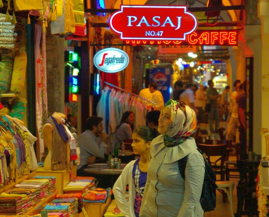 Terug naar mijn hotel slenter ik over bazaar.