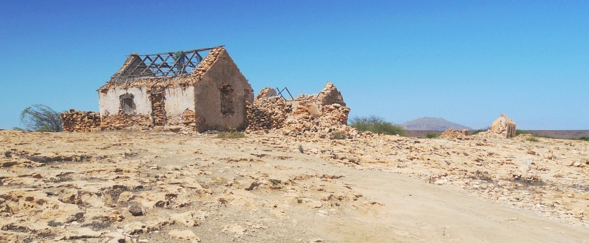 Een verlaten dorp. Zout en wind eten alles op.