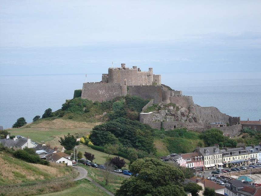 Na een fikse klim kan je per fiets Mont Orgueil Castle bereiken