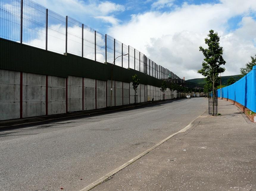 De vredesmuur tussen Shankill en Falls biedt een indrukwekkende kijk op het verleden