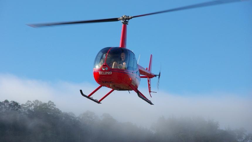 Door wolken thermische stoom naar de top van vulkaan Mount Tarawera bij Rotorua.