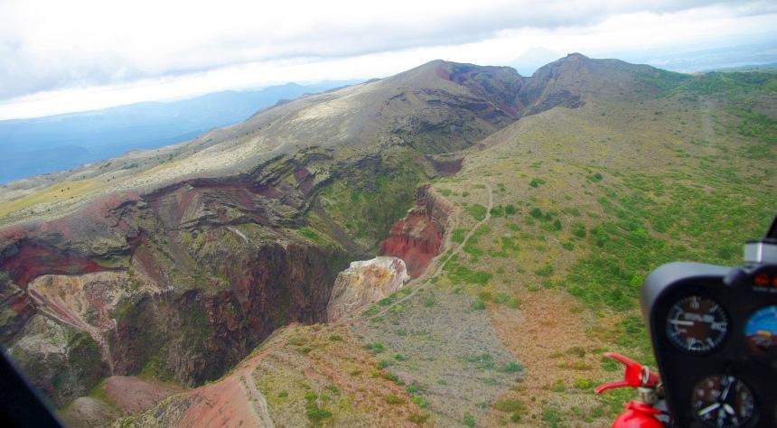 De scheuren laten zien dat een uitbarsting van 100 jaar geleden nog heel recent is.