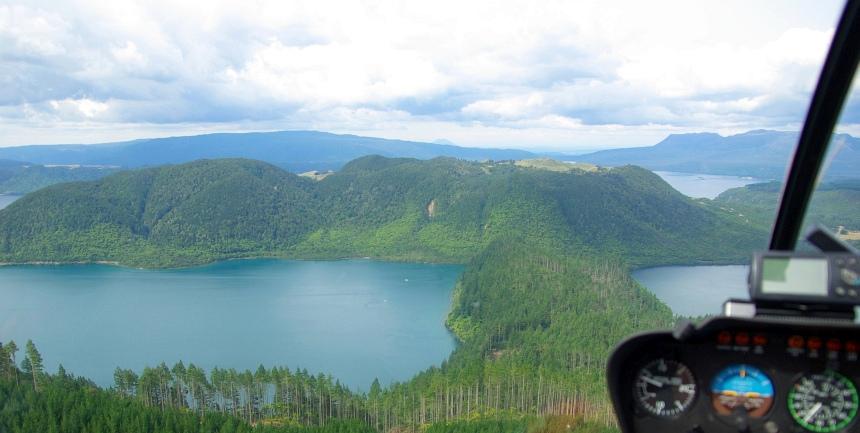 De terugvlucht gaat over Lake Rotorua.