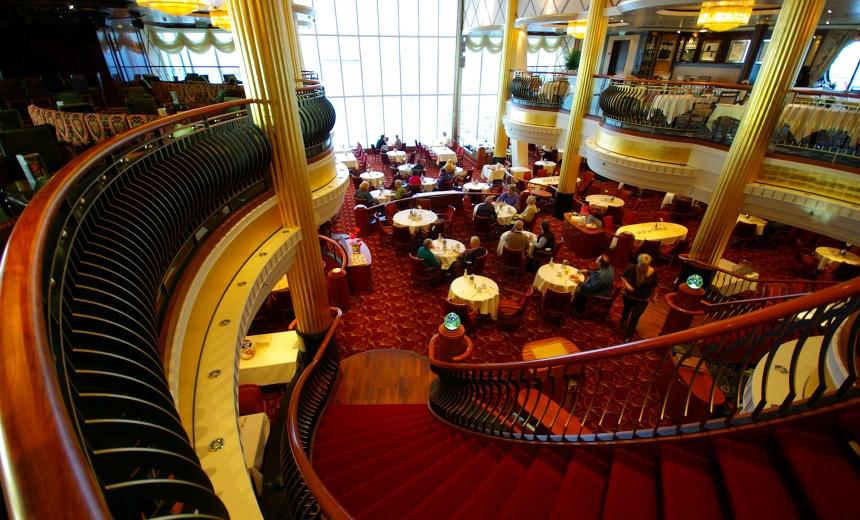 Restaurant op de achterplecht. Uitzicht over zee en een echte Titanic wenteltrap.
