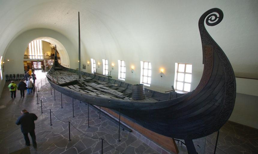 Een oud Vikingschip in de omgeving van Oslo.