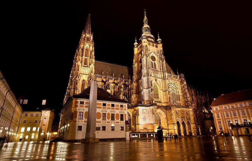 De St. Vitus Kathedraal is de grootste en belangrijkste kerk van Praag en vormt het religieuze hart van de Tsjechische Republiek.