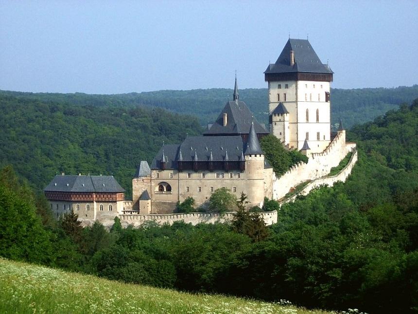 De burcht Karlštejn , gelegen op een 345 meter hoge kalkrots, werd in de 14e eeuw door keizer Karel IV gebouwd om hier zijn kroonjuwelen en kostbare relikwieën te bewaren.