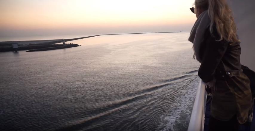 Langzaam verdwijnt het vasteland uit het zicht en dient de open zee zich aan