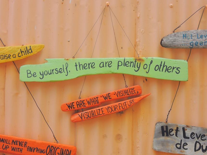 Tegeltjes wijsheden schrijf je hier op drijfhout.