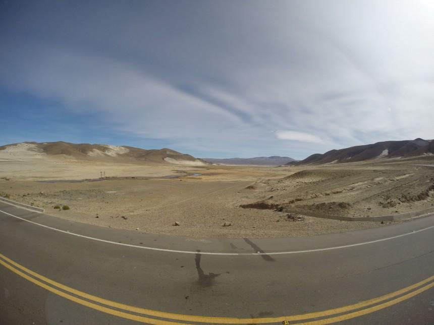 en prachtige asfaltweg op 4.000 meter hoogte