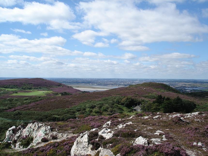 Vanaf het schiereiland Howth zie je de stad Dublin prachtig liggen