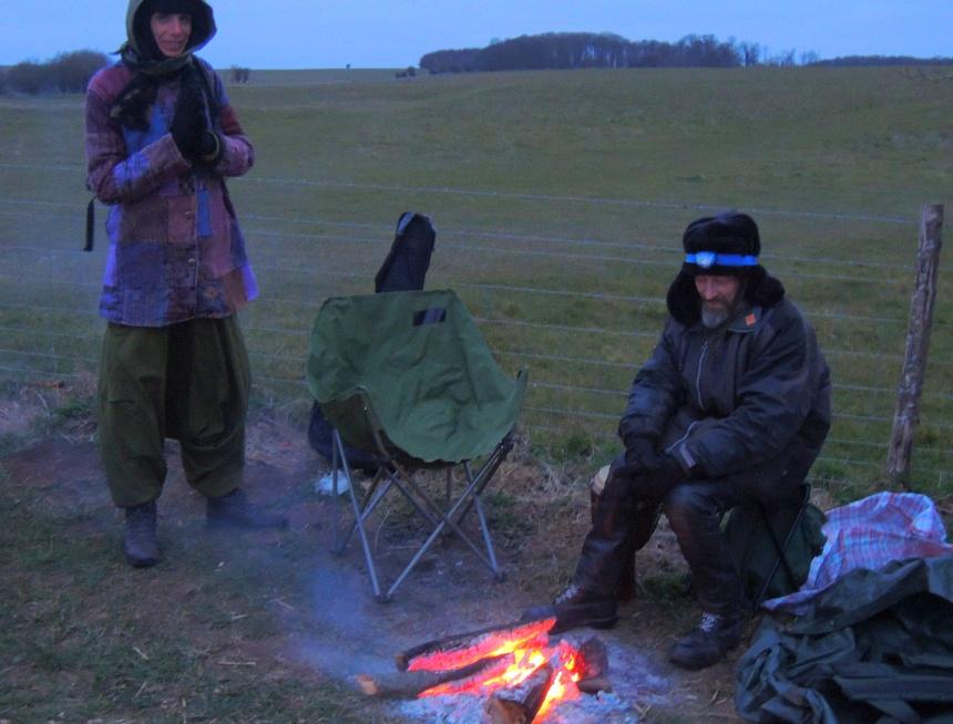 Stonehenge 05:30 uur. Opwarmen bij een vuurtje na een koude nacht.