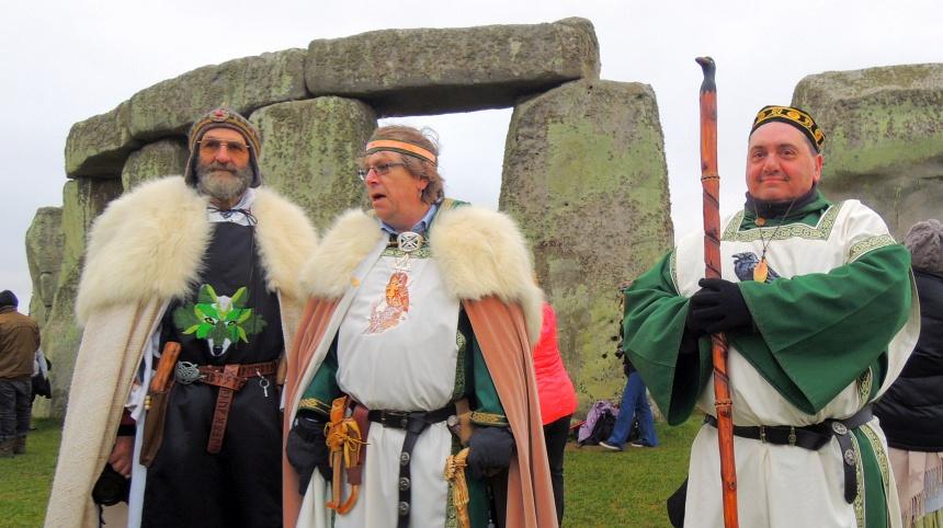 Stonehenge. Druïden in hun kenmerkende kleding. Wat zouden ze doen voor de kost?