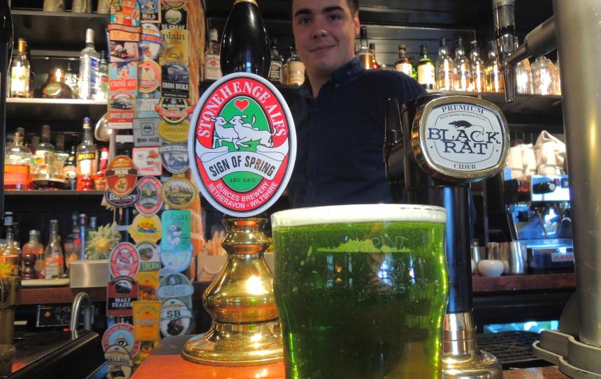 Warm worden in de pub met groen 'Stonehenge bier'.