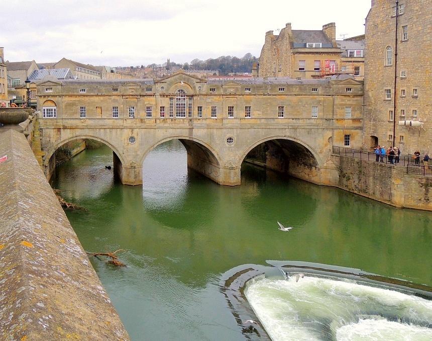 Italiaanse stijl. Deze bebouwde brug is gekopieerd van de Ponte Vecchio in Florence.