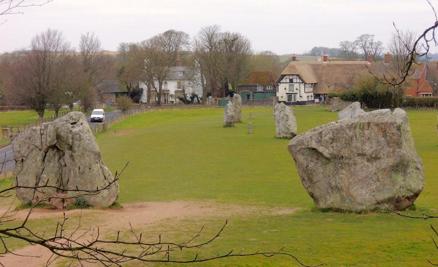 Avebury (50 km noord van Stonehenge) heeft neolithische steencirkels.