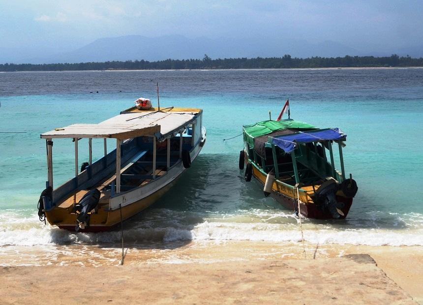 Vissersbootjes in de azuurblauwe zee op Gili Meno