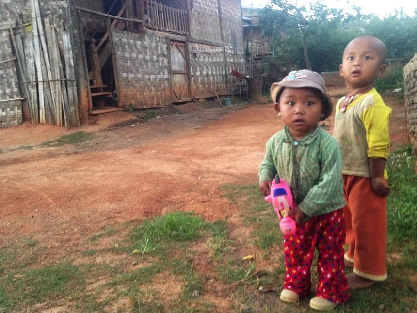 Prachtige koppies van deze verbaasde kinderen. Witte mensen, help!