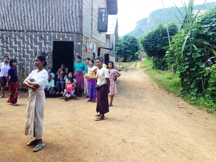 We wilden eventjes een kleine pauze houden.. Het hele dorp komt even kijken en brengt ons bananen en thee