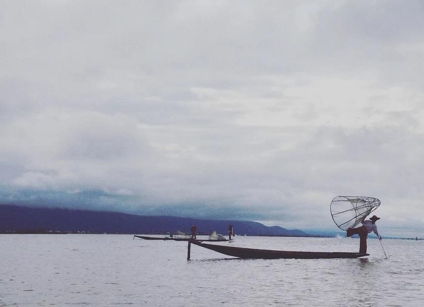 Vissers in actie op het Inle Lake. Next level yoga!