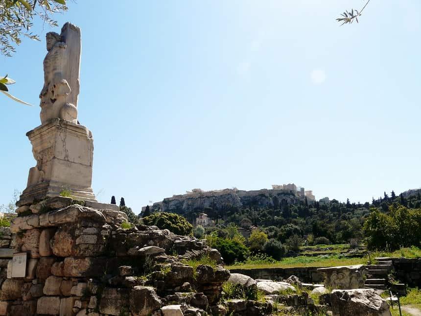 Zicht op de Akropolis vanuit de weelderig begroeide Agora van Athene