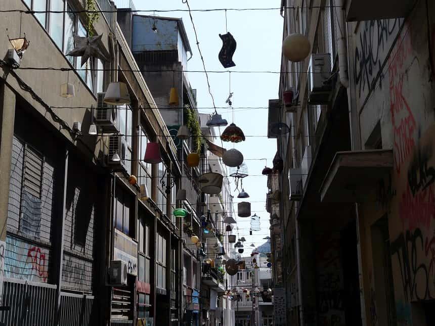 Kunstenaarswijk Metaxourgio barst van de grappige verrassingen