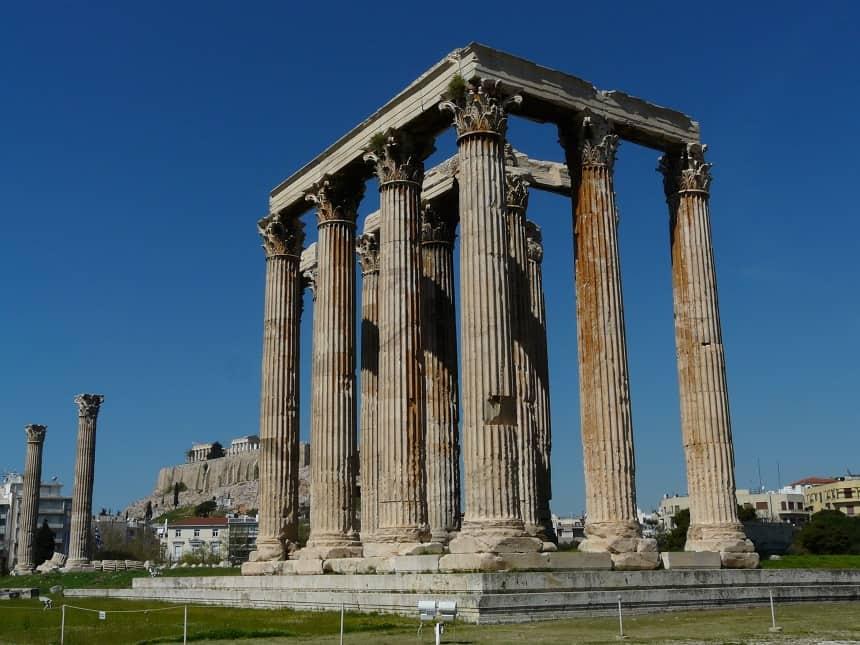 Deze Tempel van Zeus staat inmiddels in het midden van een grote rotonde