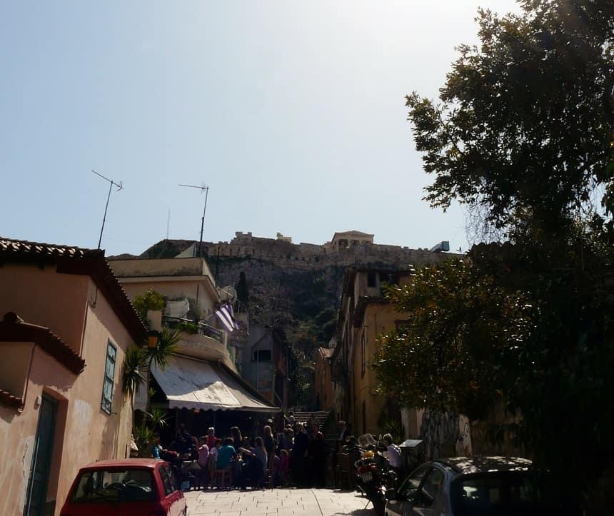 De gezellige, steile straatjes van Plaka, net onder de Akropolis