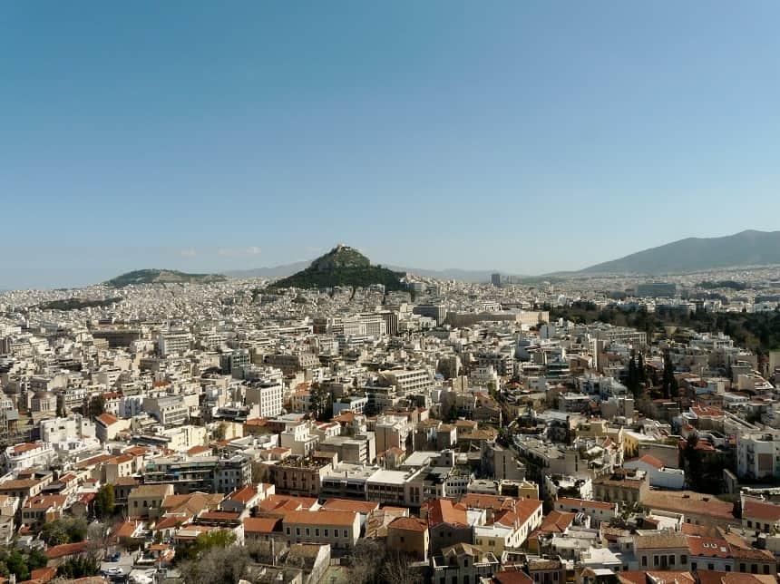 Zicht op Lykavittos heuvel vanaf de Akropolis.