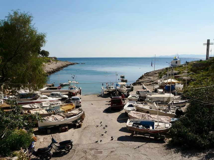 Wandelen langs de kust bij de haven van Piraeus
