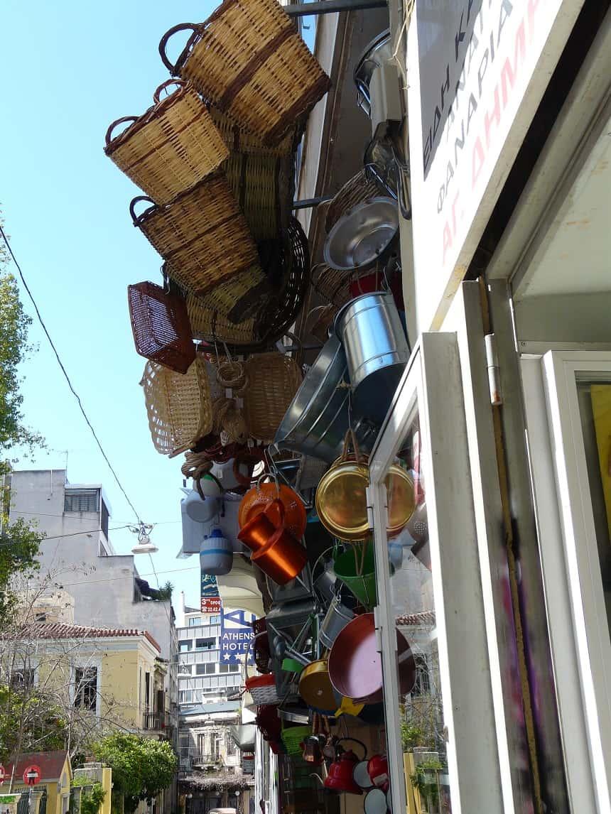 Typisch Atheense uitstalling bij uitpuilende winkeltjes.