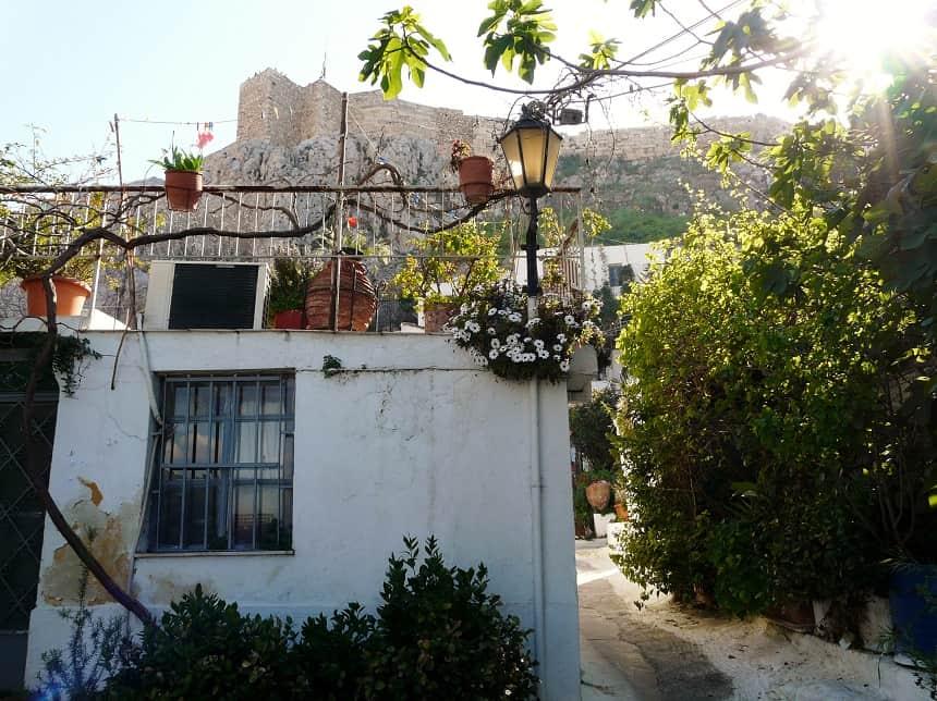 Het schattige dorpje Anafiotika is midden in het centrum van de stad verborgen