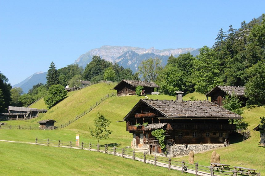 Idyllisch en rustiek is het typische Alpenlandschap. — bij Museum Tiroler Bauernhöfe.