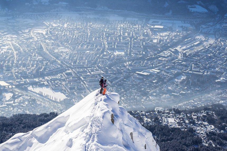 Freeriden op de Nordkette met uitzicht op Innsbruck (skiërs Lena Stoffel & Daniel Schiessl) © Klaus Polzer