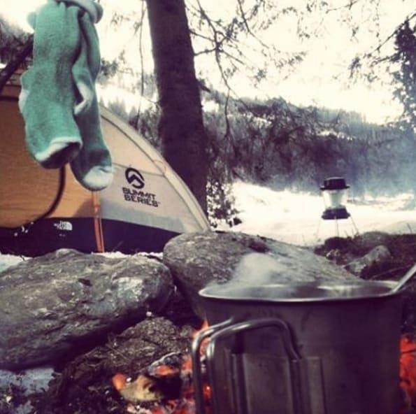 Gebruik je kampvuur voor warmte, maar ook om sneeuw te smelten voor je water voorraad
