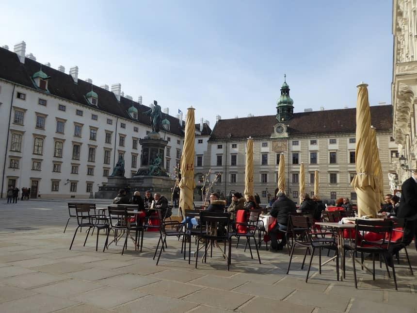 Klassieke terrasjes tussen prachtige gebouwen kenmerken deze stad