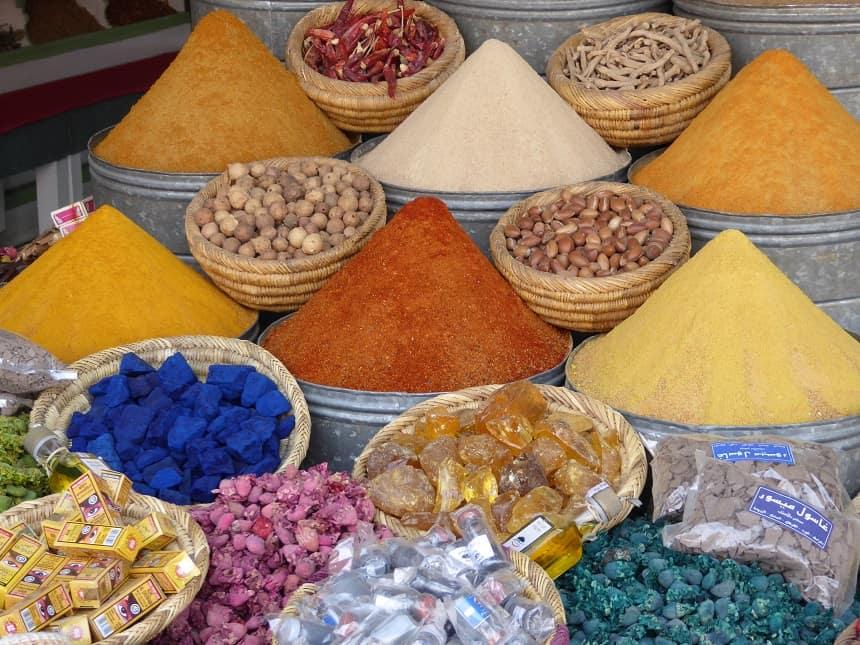 Speciale souks zijn volledig ingericht op de verkoop van kleurige kruiden