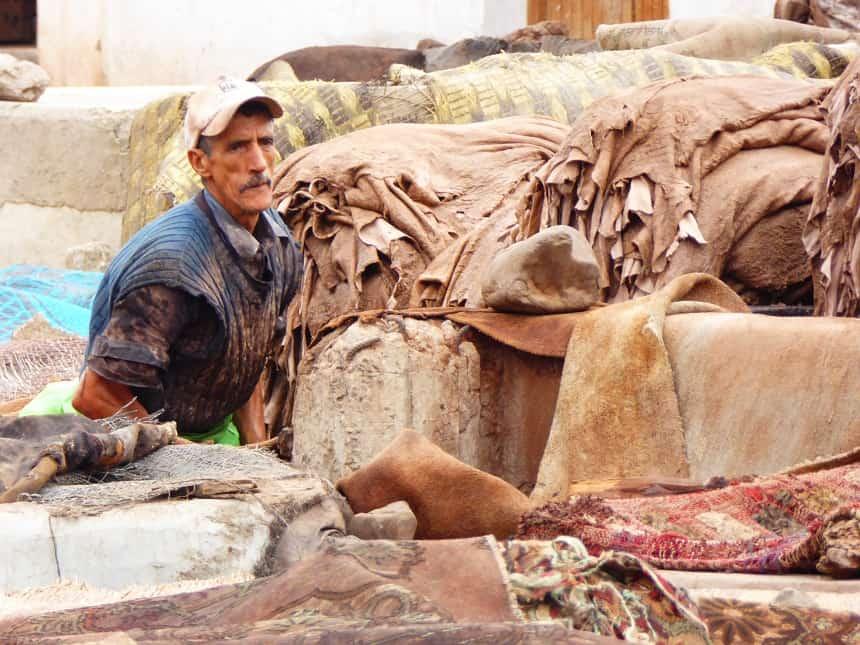 Een man aan het werk in een leerlooierij in Marrakesh. Zwaar werk