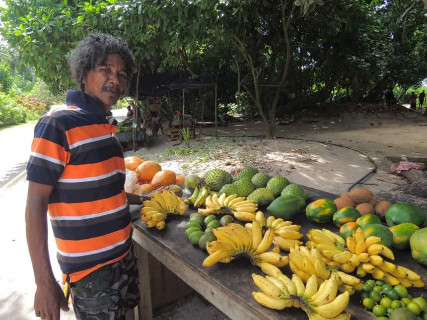 Vissers verkopen ook fruit. Alles is kleinschalig op de Seychellen.