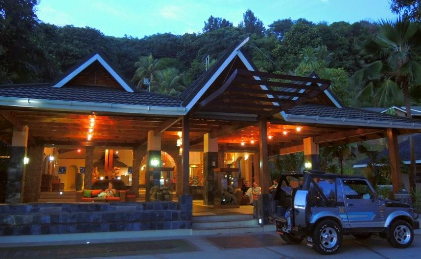 De ingang van Hotel Coco de Mer en Black Parrot Suites.