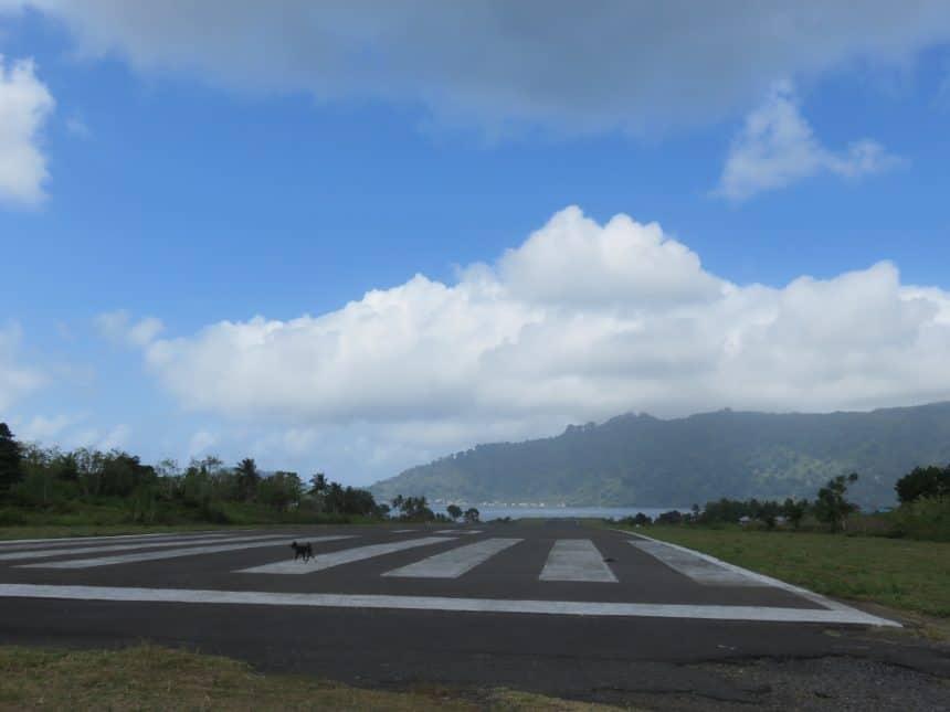 Vliegveld op Banda Neira, een Indonesisch eiland in de Molukken, onderdeel van de Banda-eilanden