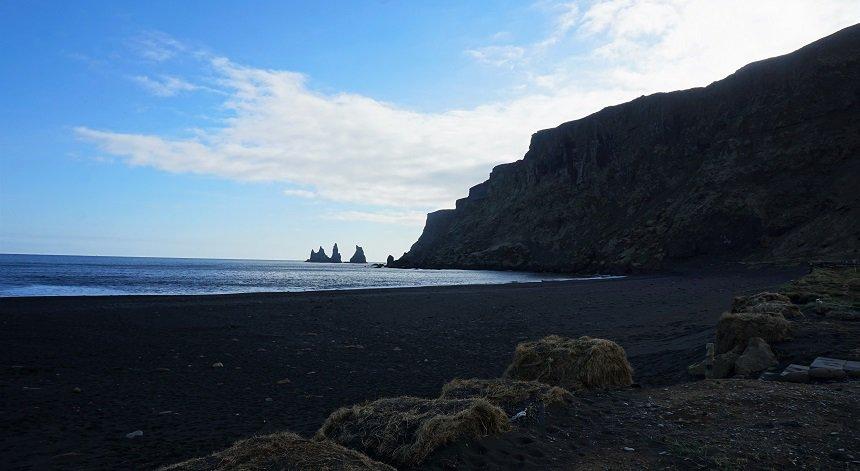 De bekende basalt rotsen bij Vík